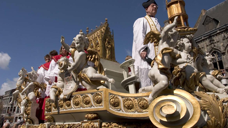 Die Prozession des Goldenen Prunkwagens